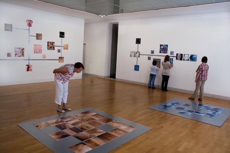 Installation hybride, 25 pièces uniques à 29 x 29 cm, memory complet 160 x 160 cm sur plaque en métal, Edition 25 pièces de 7,5 x 7,5 cm,  centre d'art Stuttgart Sindelfingen