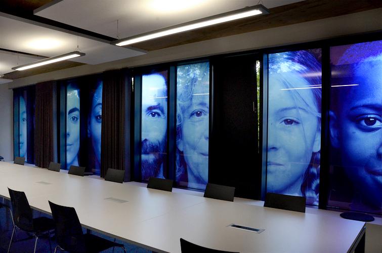Portraits / vue de la salle de conference / Blick im Besprechungszimmer