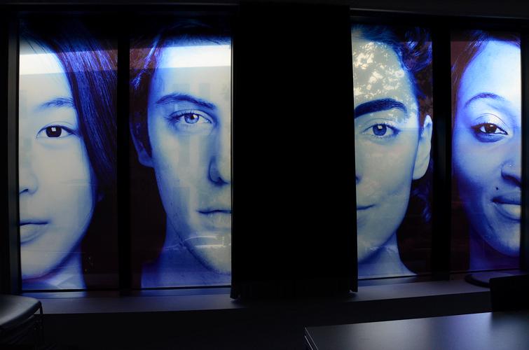 10 Portraits / Format 76 x 200cm / Film translucide & diffusant sur vitre / lichtdurchlässiger & lichtstreuender Film